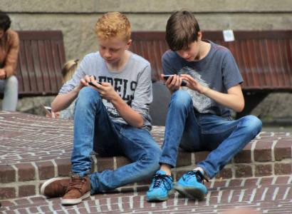 Chicos jugando con el móvil